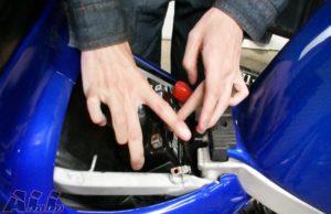 車体にバッテリーを装着する