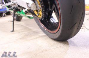 タイヤを地面に接地させる