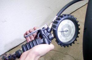 タイヤゲージ 空気圧 入れる