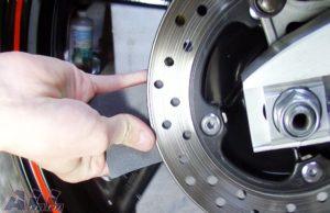 ブレーキディスク 裏側 紙やすりで磨く