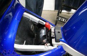車体にバッテリーを装着する2