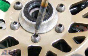 フロントブレーキディスク 六角ボルト穴清掃-2