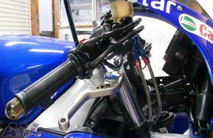 ブレーキレバーとブラケットをネジで取り付け装着