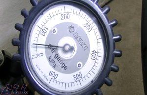 タイヤゲージ 空気圧 抜く2
