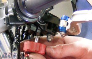 フロントブレーキスイッチ 固定ボルトを緩める