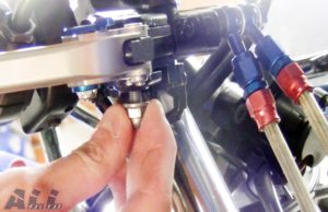 ブレーキレバーとブラケットをネジで取り付け装着5