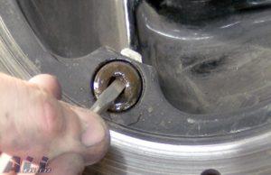 リアブレーキディスクボルト穴清掃