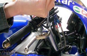 ブレーキレバーとブラケットをネジで取り付け装着2
