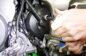 フロントスプロケットカバー スピードメーターギアボックス 固定ボルト 取り外し